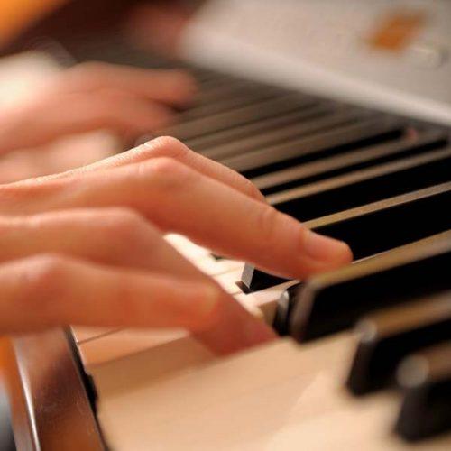 Manuela_am_Klavier